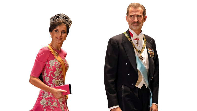 ملكة إسبانيا ليتيزيا مع زوجها تألقت في الحفل.  إي.بي.إيه
