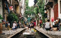 الصورة: إغلاق «شارع القطارات» الشهير في هانوي يصيب السائحين بالإحباط