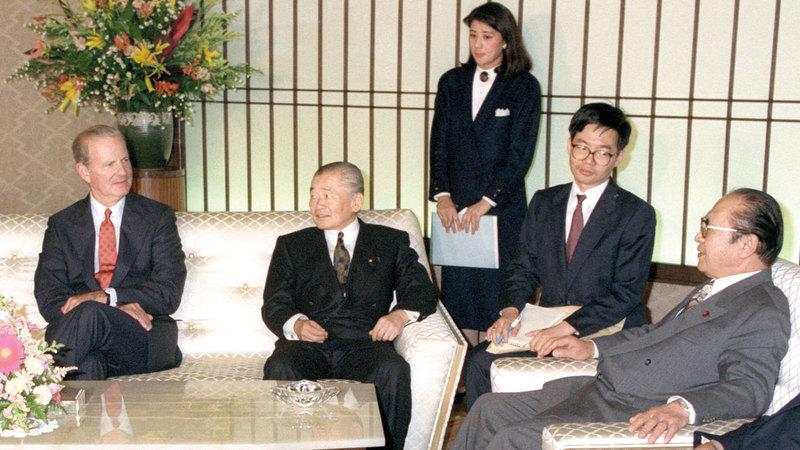 ماساكو (في الخلف) عندما كانت موظفة مبتدئة في وزارة الخارجية.  أرشيفية