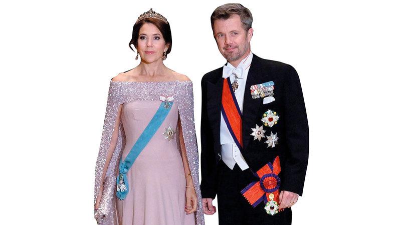 ولية عهد الدنمارك تألقت بثوبها البنفسجي وتاجها الذي يتم طيّه. أ.ف.ب