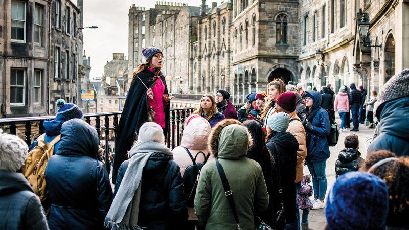 تمر جولات هاري بوتر مثل «بوتر تريل» بشارع فيكتوريا ستريت بمدينة إدنبرة.