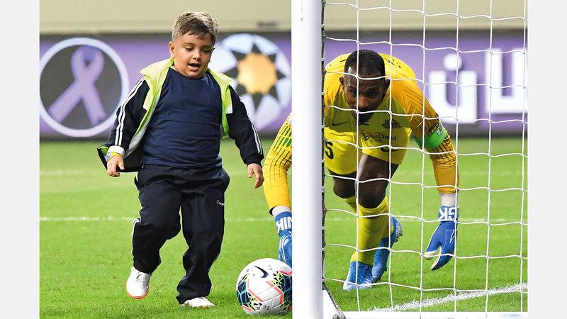 الطفل محمد قيس يسدّد الكرة في شباك ماجد ناصر. تصوير: أسامة أبوغانم