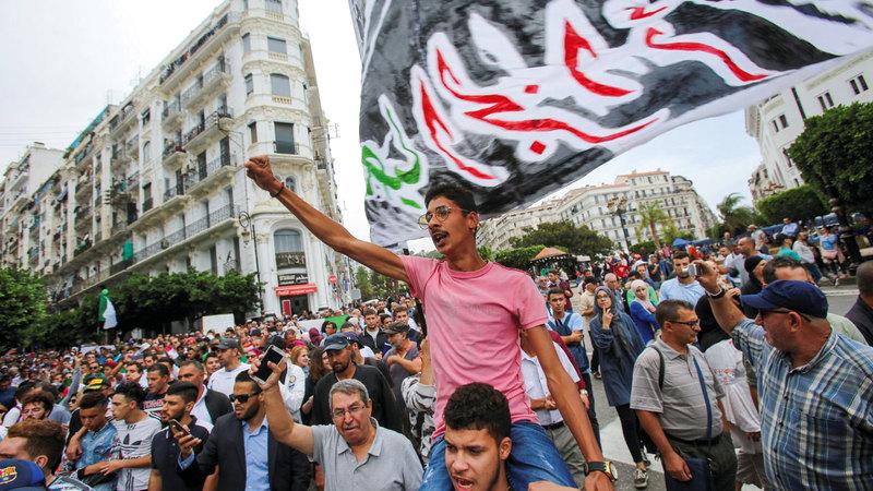 في الجزائر يتظاهرون ضد الطبقة السياسية. رويترز