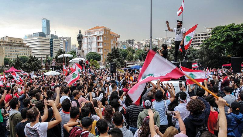المتظاهرون في لبنان يعترضون على الطائفية.  إي.بي.إيه