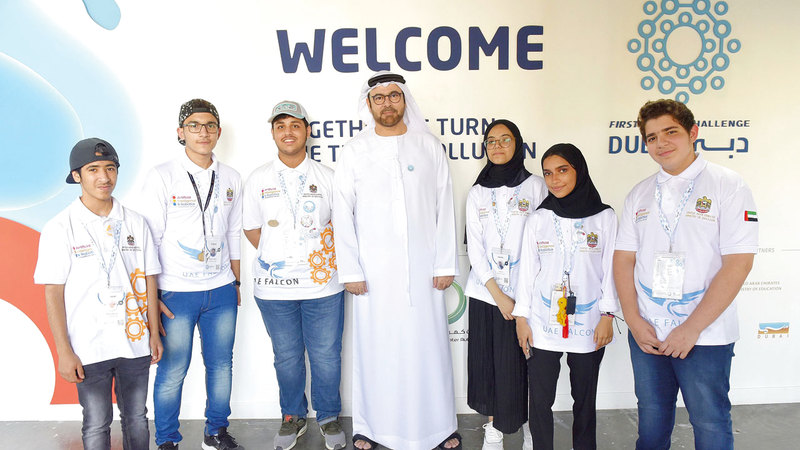 محمد القرقاوي في لقطة مع الفريق الإماراتي.  من المصدر