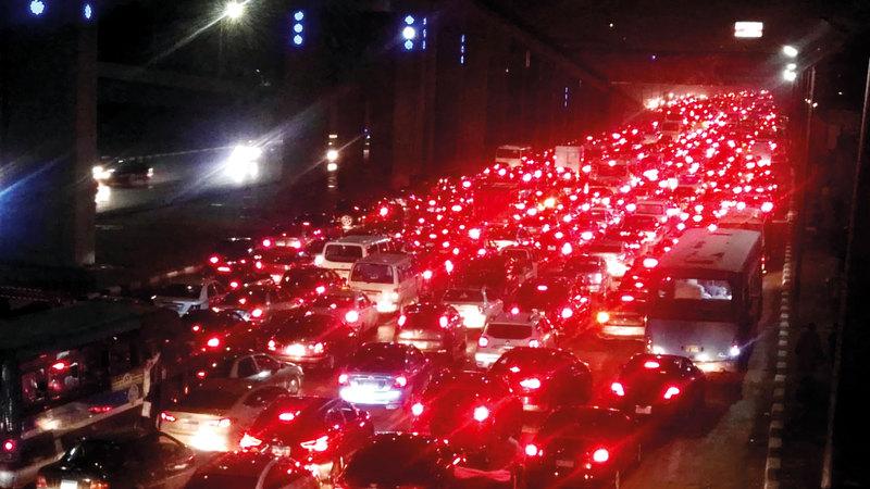 الشوارع ازدحمت بالسيارات بسبب هطول الامطار الغزيرة.  رويترز