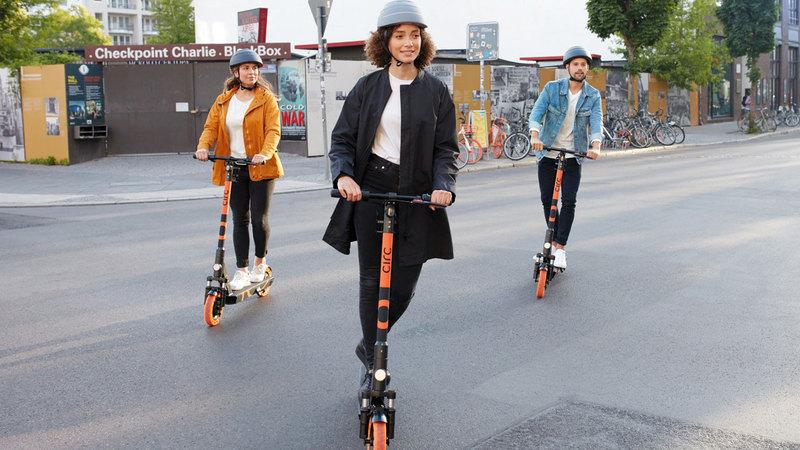 تتميّز الدرّاجات الكهربائية بتصميم فريد يمكنها من تحمّل ظروف المناخ وعجلات أكبر وقاعدة أوسع لتحقيق ثبات وتحكم أفضل. الإمارات اليوم