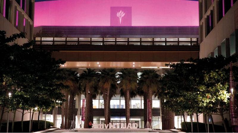 جامعة نيويورك - أبوظبي تضيء باللون الوردي، خلال شهر التوعية بسرطان الثدي.
