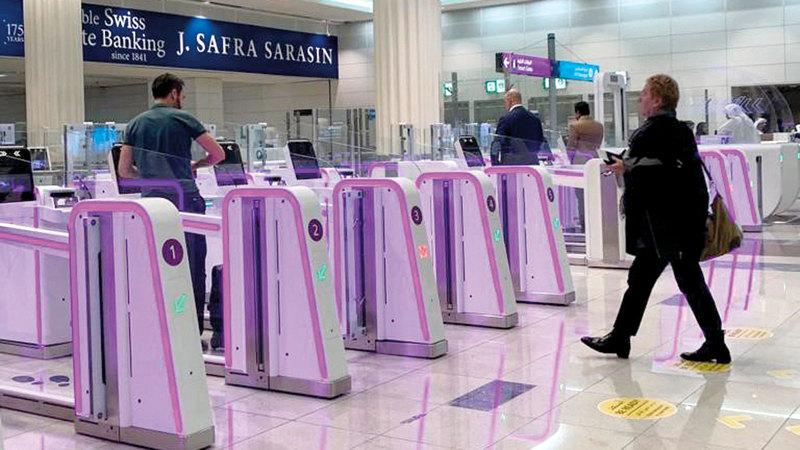 بوابات مطارات دبي الذكية تتلوّن باللون الوردي، تشجيعاًعلى ضرورة إجراء الفحص الذاتي بشكل منتظم.