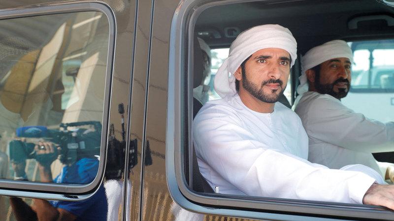 حمدان بن محمد خلال متابعته للسباق. من المصدر
