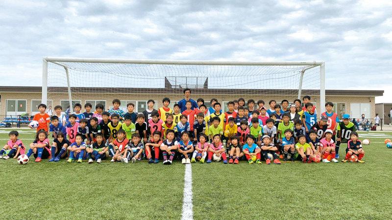 شيوتاني يتوسّط اللاعبين الصغار بأكاديميته الخاصة في اليابان. من المصدر