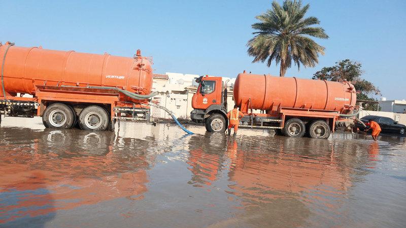 بلديات المنطقة الشرقية رفعت درجة الطوارئ وتعاونت مع الجهات الحكومية في توزيع الآليات والمعدات والعمال لشفط المياه من الشوارع. تصوير: أسامة أبوغانم