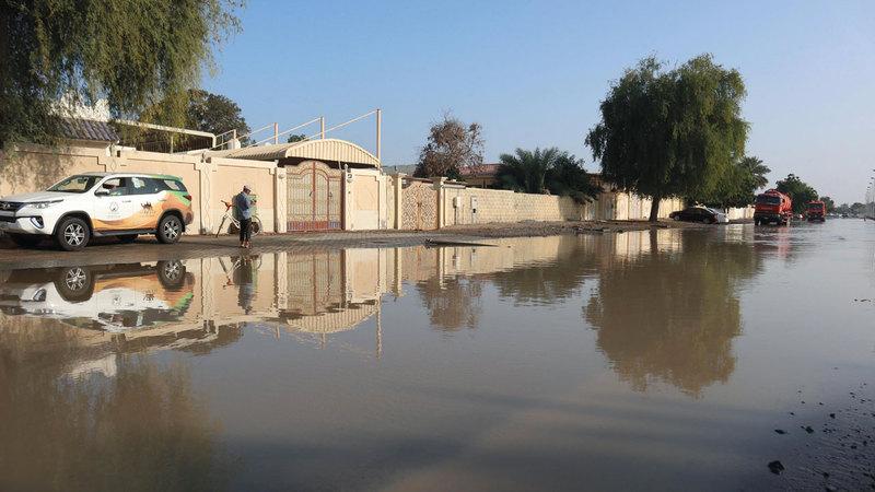 مواطنون في كلباء فوجئوا بدخول مياه البحر إلى منازلهم صباح أمس. تصوير: أسامة أبوغانم