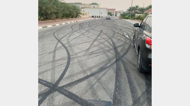 آثار الإتلاف في الطريق العام نتيجة استعراض المتهم بسيارته. من المصدر