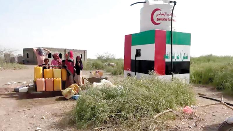 مستفيدون يلتفون حول مشروع لمياه الشرب نفذته الإمارات في الساحل الغربي  .وام