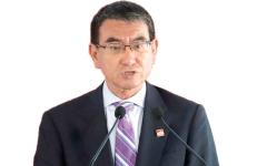 الصورة: وزير الدفاع الياباني يعتذر عن نكتة «رجل المطر»