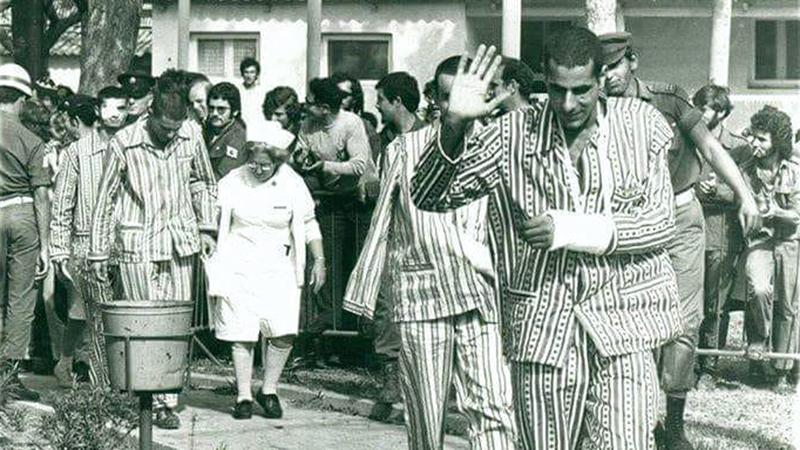 تم إلباس الأسرى الإسرائيليين بيجامات الكستور بغرض الإهانة. أرشيفية