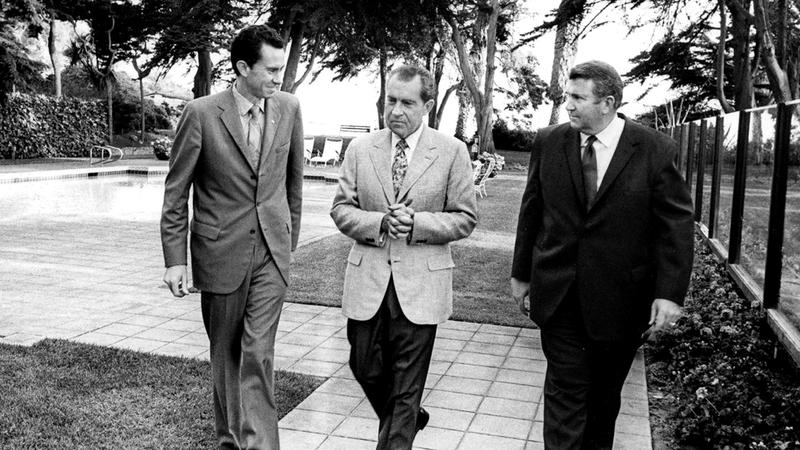دونالد «يمين» مع شقيقيه ريتشارد  وإدوارد نيكسون. أرشيفية