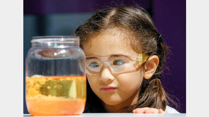 إحدى الطفلات خلال فعالية «استكشاف العلوم».  من المصدر