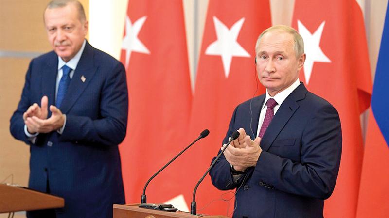 عقد بوتين وأردوغان اتفاقية لإجلاء القوات الكردية من المنطقة العازلة القريبة من الحدود التركية. إي.بي.إيه