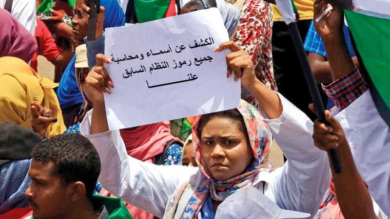 الثورة السودانية تملك آفاقاً أبعد بكثير من مجرد إطاحة النظام الديكتاتوري واسترداد الشعب ديمقراطيته.  أرشيفية
