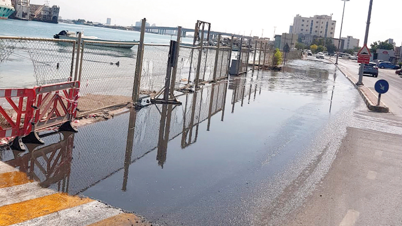 خروج مياه الخور إلى الطريق العام يعيق الحركة المرورية. الإمارات اليوم