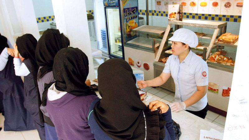 تفتيش فرق الهيئة يمتد إلى العاملين في المقاصف المدرسية. من المصدر