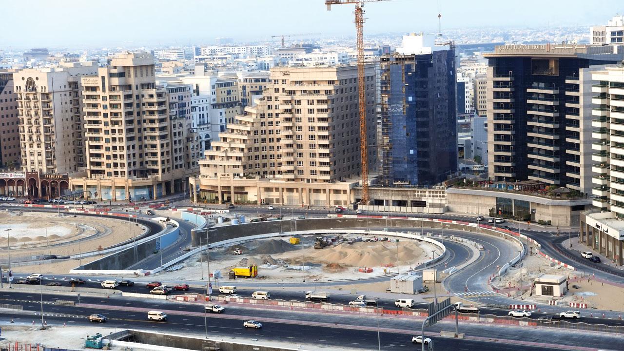 المشروع يتضمن تنفيذ جسرٍ للمشاة بطول 81 متراً، يعبر فوق شارع بني ياس. من المصدر