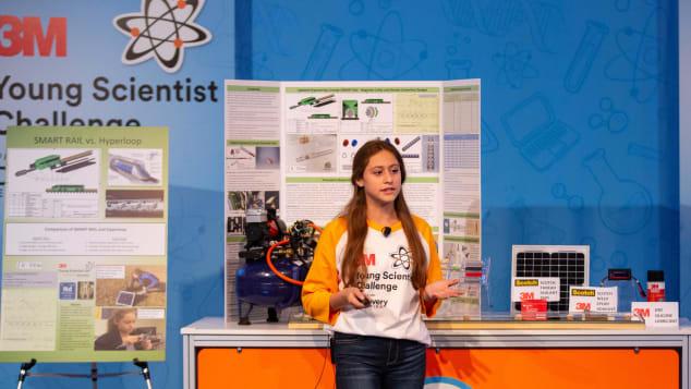 الطالبة كارولين كروتشيلي تشرح فكرتها. المصدر 3M Young Scientist Challenge.