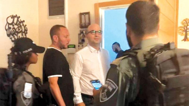 عناصر الاحتلال الإسرائيلي تقتاد الوزير الهدمي خارج منزله.  وفا