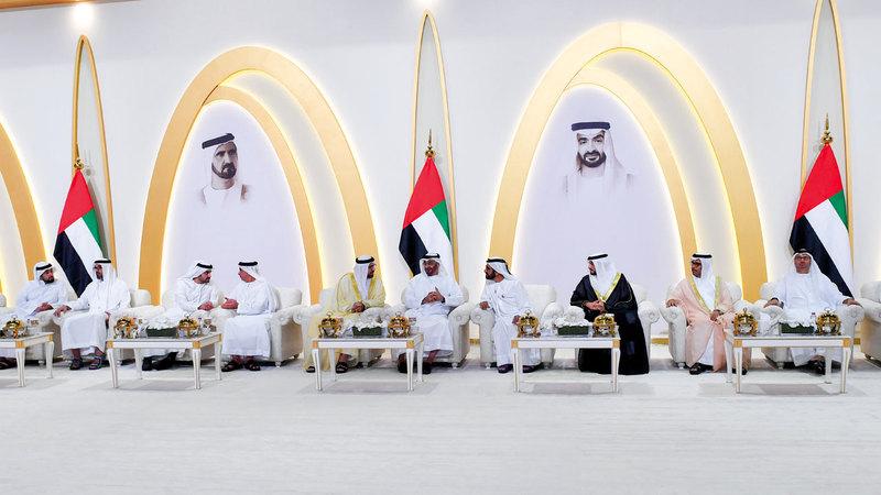 محمد بن راشد ومحمد بن زايد خلال حفل الاستقبال الذي أقامه القرقاوي بمناسبة زفاف نجله سعيد. من المصدر