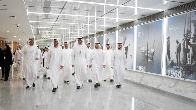 محمد بن زايد قام بجولة في مشروع أعمال تطوير مجمع المقر الرئيس لشركة «أدنوك». وام