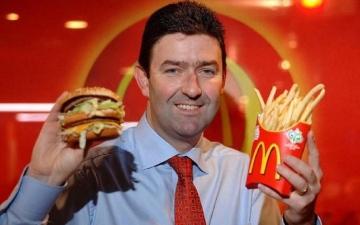 """الصورة: إقالة رئيس """"ماكدونالدز"""" بسبب """"علاقة حميمة"""" مع موظفة"""