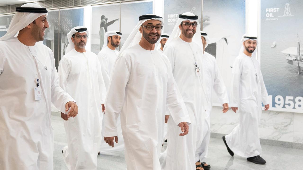 محمد بن زايد خلال جولته في مجمع أدنوك الرئيس برفقة عدد من المسؤولين. وام
