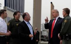 الصورة: المهربون المكسيكيون يخترقون جدار ترامب للعبور إلى الولايات المتحدة