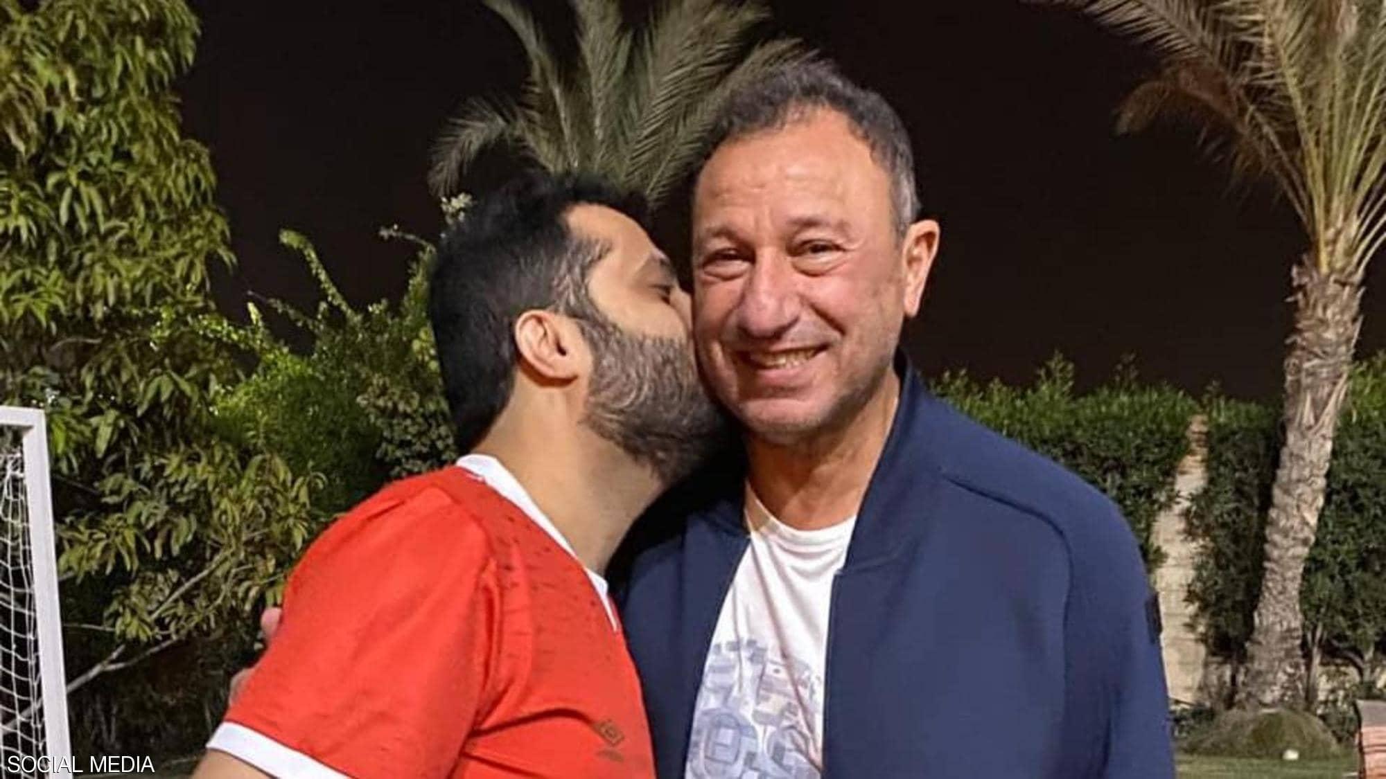 تركي آل الشيخ يُقبل الخطيب ليعلن المصالحة