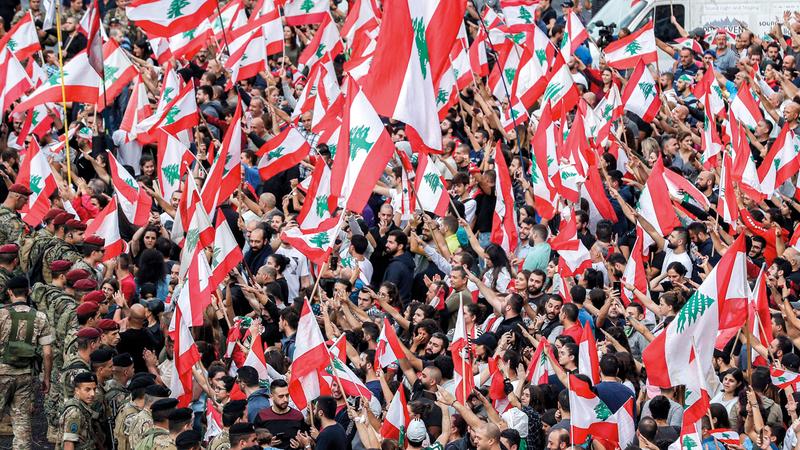 المتظاهرون رفعوا العلم الوطني فقط خلال الاحتجاجات. أرشيفية