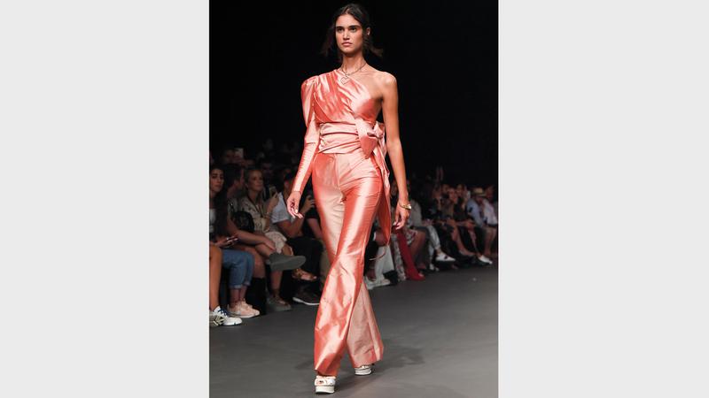 روديكا قدمت مجموعة رومانسية مسائية من الملابس الجاهزة. من المصدر