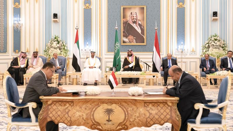 محمد بن زايد ومحمد بن سلمان خلال مراسم توقيع اتفاق الرياض. وام