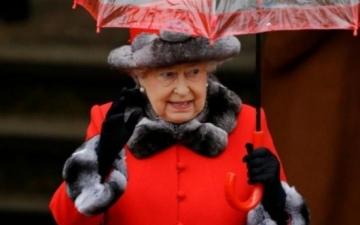 الصورة: الملكة إليزابيث تتخلى عن ارتداء الفراء مراعاة لحقوق الحيوان