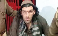 الصورة: أفغاني يطلب مساعدة الشرطة الهندية بسبب «طوله الفارع»