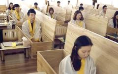 الصورة: كوريون جنوبيون يعيشون تجربة  «الموت» داخل توابيت
