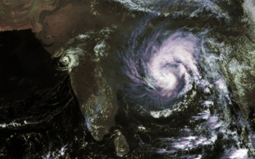 الصورة: «بلبل» يهدد بنغلاديش والهند بفيضانات وأمطار