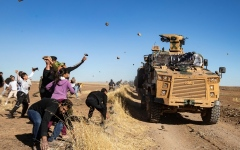 الصورة: بالفيديو.. أكراد شمال سورية يستقبلون الدوريات التركية بالأحذية والحجارة