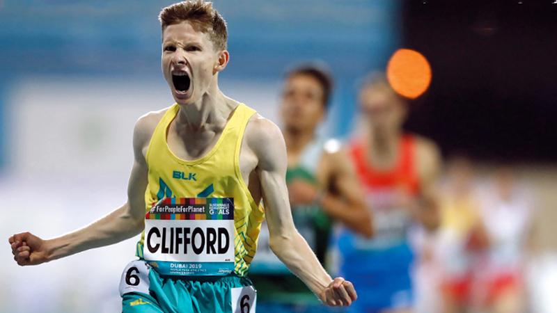 الأسترالي جاريد كليفورد يخطف نجومية اليوم الأول في سباق 1500 متر فئة «تي 13».  من المصدر