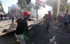 الصورة: قوات الأمن العراقية توقع إصابات بالمتظاهرين في بغداد والبصرة