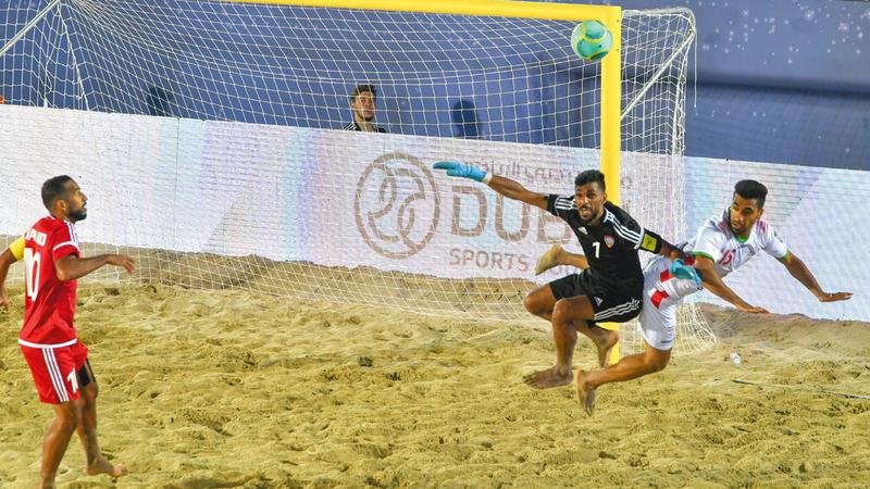 كرة لمنتخب الشواطئ لم تكمل طريقها نحو المرمى الإيراني. تصوير: مصطفى قاسمي