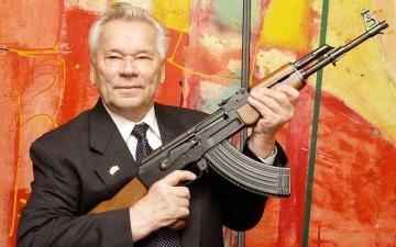 """الصورة: حكاية """"كلاشينكوف"""".. شاعر تحول إلى بندقية ومات نادماً"""