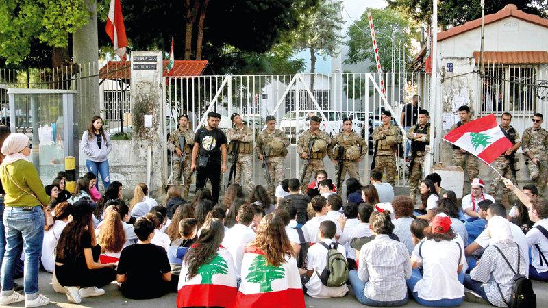 متظاهرون لبنانيون أمام شركة الاتصالات في صيدا. أ.ف.ب