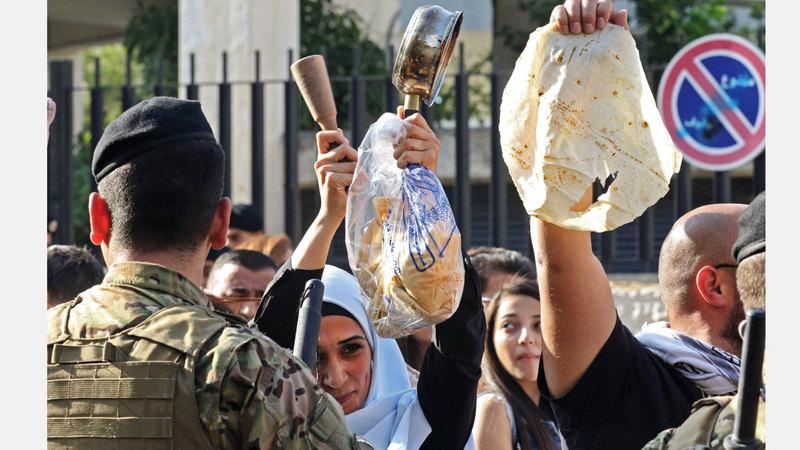 متظاهرون أمام أحد المصارف في صيدا. أ.ف.ب